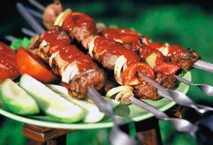 Hotové vepřové špízy s okurkami a rajčaty