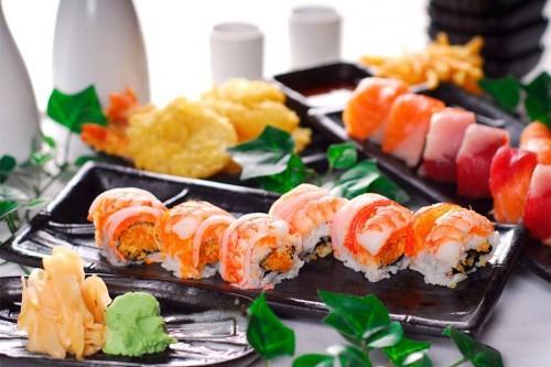 Вкусни суши и рулца върху ястие