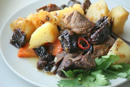 Chutné jehněčí vařené v pomalém sporáku na talíři s bramborami
