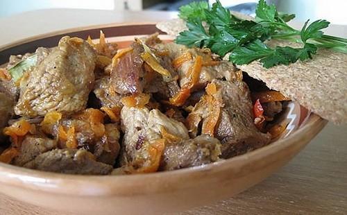 Vařené hovězí maso na misce