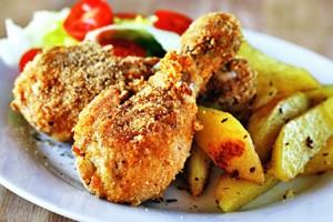 Пържени пилешки бутчета, панирани с картофи