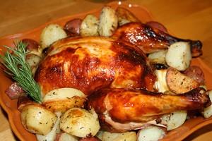 Запечено пиле с картофи на дървена дъска