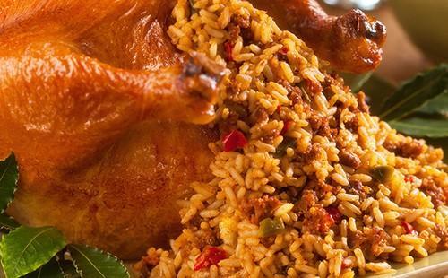 Златната рогакопия излъчва ароматен ориз със зеленчуци