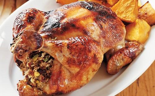 Апетитно пиле на бяла чиния