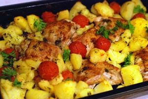 Пилешки бедра с картофи и домати