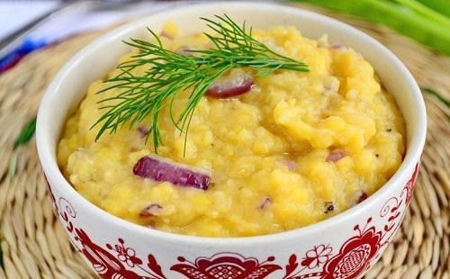 Recept na hráškovou kaši v pomalém sporáku: s cibulí, zeleninou, uzeným masem