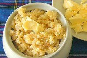 Kaše v bílém květináči s velkým množstvím másla