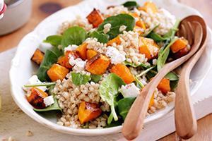 Světlé jídlo s oranžové dýně a zelenými listy