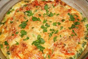 Něžná omeleta posypaná zelenou cibulkou