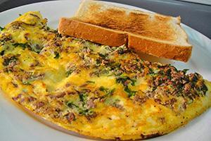 Omeleta s mletým masem a toasty