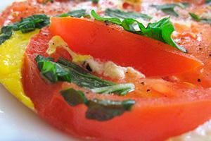 omeleta s rajčaty a bylinkami