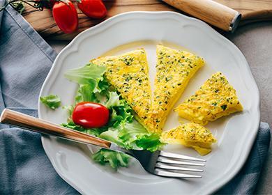 Omeleta na bílé desce