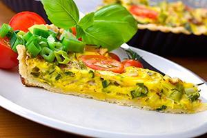 Plátek omelety se zeleninou na talíři