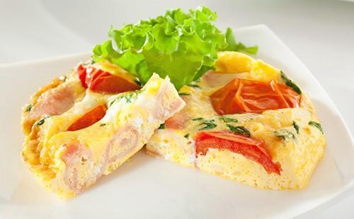 Омлет с шунка, домат и салата