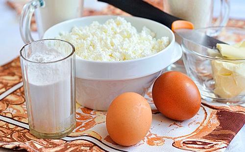 Tvaroh v talíři, vejce a mouka ve sklenici
