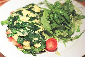 Baby omeleta se špenátem a rajčaty