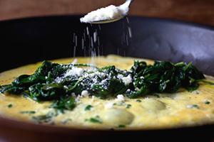 Omeleta se špenátem a sýrem
