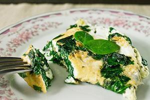 Omeleta se zelenými listy špenátu