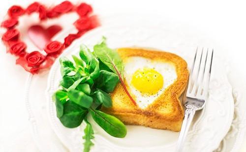 Пържени яйца в хляб в чиния с билки