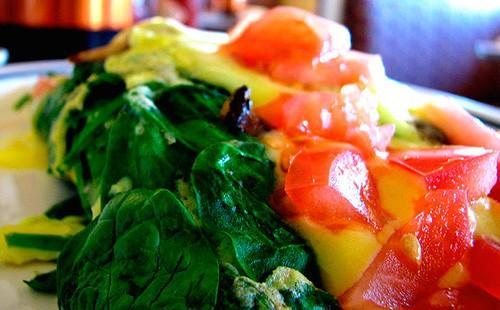 Омлет с домати и спанак