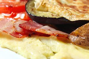 Omeleta se slaninou a zeleninou