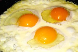 Smažená vejce se zakysanou smetanou