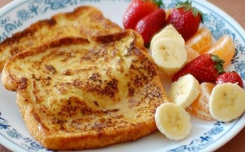 Френски крутони и плодове за закуска