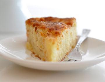 Сирене с извара с ябълки върху бяла чинийка