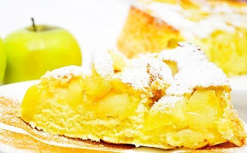 Шарлът с ябълки и пудра захар