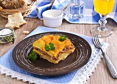 Bramborový kastrol na talíři
