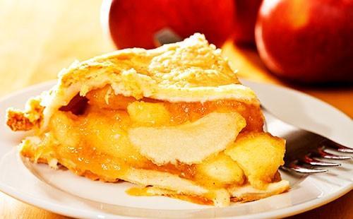 Филийка с ябълков пай на чиния
