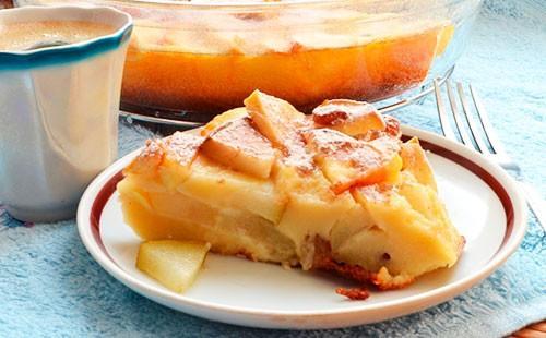 Шарлът с ябълки на чинийка