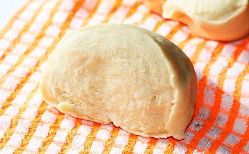 Парче тесто за крема върху кърпа