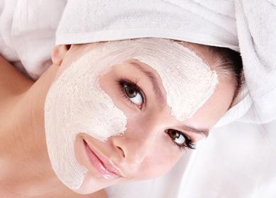Dívka s bílou maskou na tváři