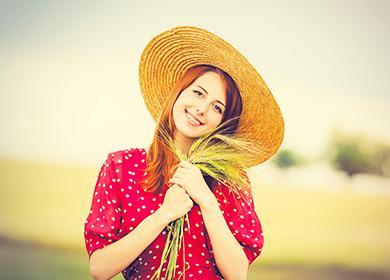 Момиче с колони от жито