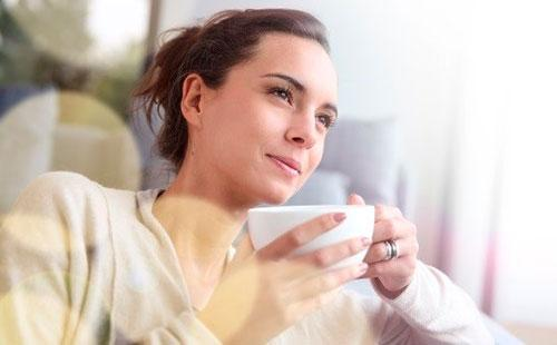 Tyttö juo teetä