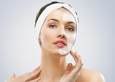 Момиче с крем на лицето.
