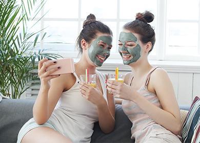 Две момичета с маски на лицето