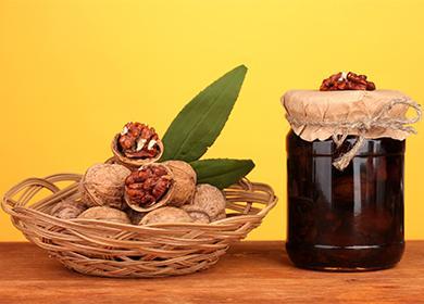 Vlašské ořechy v košíku a džem ve sklenici