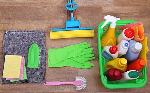 Mop, palčáky a čisticí prostředky