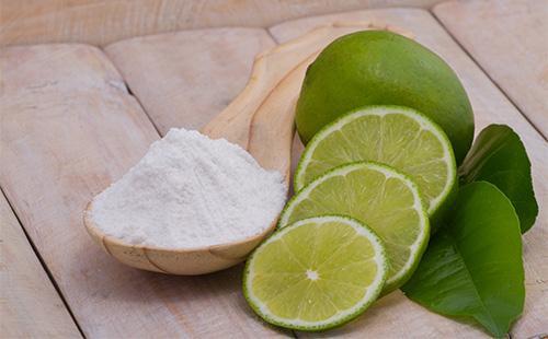 Soda v lžíci a citronech