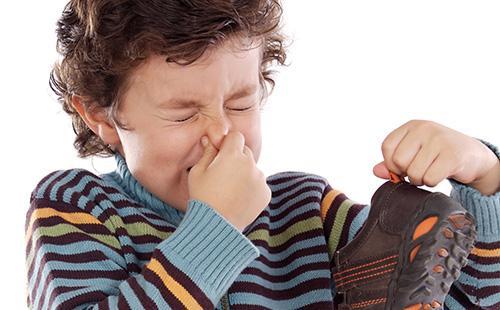 Chlapec smrdí botami
