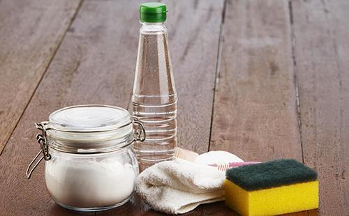 Ocet, soda a houba na dřevěných deskách