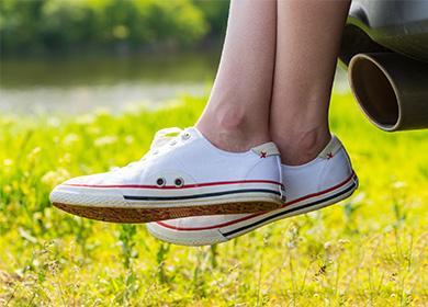 Bílé tenisky na nohou