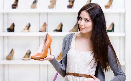 Dívka drží v ruce botu