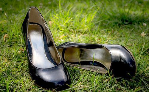 Kožené černé boty na trávě