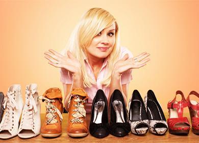 Dívka a boty na stole