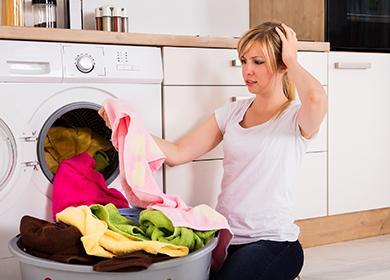 Жената в пералнята гледа на прането с ужас