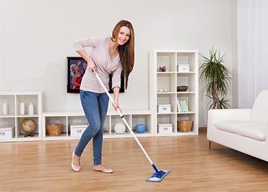 Dívka mopy podlahu