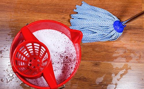 Mokrá podlaha a mop s kbelíkem